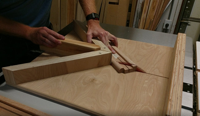 Cutting perfect miters on a table saw miter sled