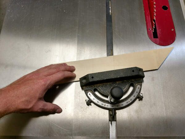 Adjust the miter gauge to fit the custom lines