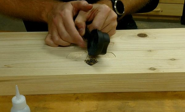 tap on the container like this to apply the mica powder to your inlay